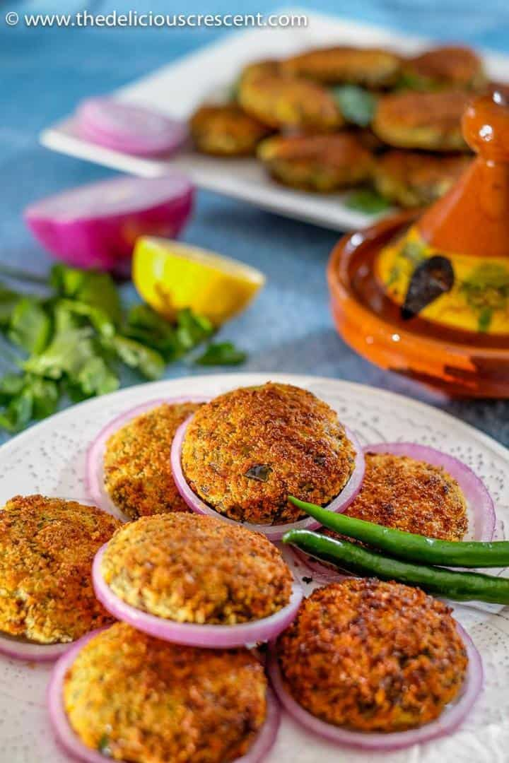 Broiled meat patties with potatoes, served with onion slices, lemon and chilies.